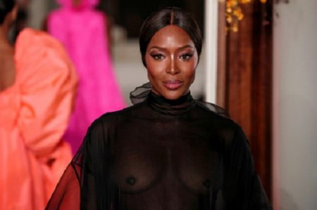 Наоми вспомнила молодость ипоказала грудь